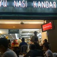 Foto tomada en Original Kayu Nasi Kandar Restaurant por Firdaus Y. el 9/15/2012