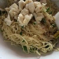 Photo taken at Jai Yaowarath Noodle by Thanasut V. on 6/4/2014