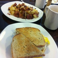 Foto tomada en Benedict's Restaurant por Joshua R. el 7/20/2013