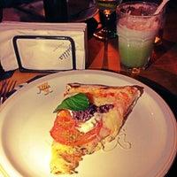 Foto tirada no(a) Jullia Pizza Bar por Daniela T. em 4/7/2013