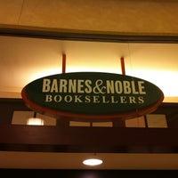 Foto tirada no(a) Barnes & Noble por Victor L. em 11/24/2012
