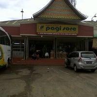 Photo taken at Rumah Makan Pagi Sore Teluk Gelam by Alwin B. on 12/24/2012