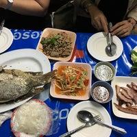 Photo taken at ส้มตำป้าดาว by เหมียว ม. on 5/30/2017