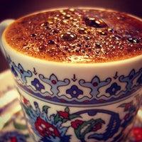 Foto tomada en Cadde İstiklal Pasta & Cafe por Hilal S. el 10/22/2012