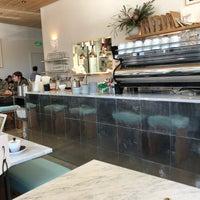 Foto tomada en Réveille Coffee Co. por Mike P. el 2/21/2018