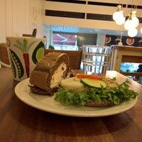 Foto scattata a Max's Cafe da Paul F. il 2/15/2017
