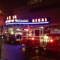 Das Foto wurde bei Regal Cinemas Union Square 14 von Joe S. am 5/20/2013 aufgenommen
