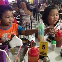 Photo taken at Warung Steak Jl. Imam Bonjol by Rere D. on 5/29/2014