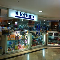 Photo taken at Livraria Leitura by Gilmar on 10/24/2012