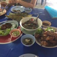 Photo taken at ร้านเจ้าปลุกปลาเผา by Polthept T. on 2/11/2017