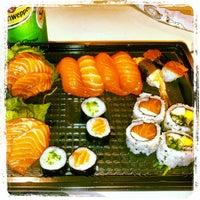 Foto tirada no(a) Sushi Roots Express por Jeferson M. em 4/16/2013