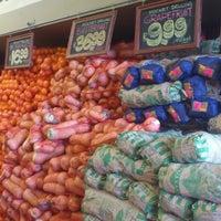 Foto tomada en Food Lover's Market por Waheed el 10/12/2012