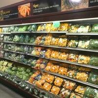 Foto tomada en Food Lover's Market por Waheed el 10/16/2012