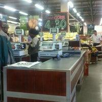 Foto tomada en Food Lover's Market por Waheed el 1/21/2013