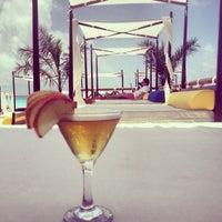 Foto tomada en Mandala Beach Club por Tania D. el 6/15/2013