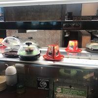 Foto tirada no(a) Kura Revolving Sushi Bar por Kirkwood J. em 4/17/2018