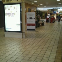 Foto scattata a Rogue Valley Mall da Holly C. il 5/4/2013
