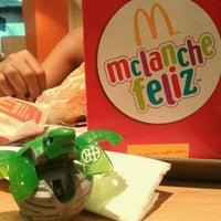 Foto tirada no(a) McDonald's por Arthur R. em 9/16/2012