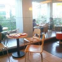 Photo taken at KFC by Hoàng Đ. on 6/19/2014
