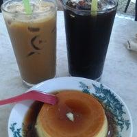 Photo taken at Kedai Kopi Sin Yoon Loong (新源隆茶餐室) by Jocelynn K. on 10/27/2012