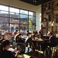 Foto scattata a Toby's Estate Coffee da Yeh Ji S. il 11/26/2012