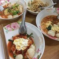 Photo taken at ก๋วยเตี๋ยวอ้วนโภชนา นครปฐม by Ykyungkhaw S. on 2/3/2017