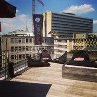 Photo prise au Play Label Rooftop par Line H. le6/6/2013