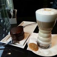 Das Foto wurde bei Café Bar Bloom von Aleksandr P. am 5/11/2013 aufgenommen