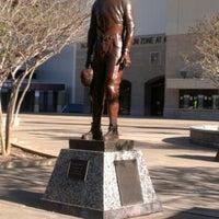 Das Foto wurde bei 12th Man Statue von Greg M. am 11/14/2012 aufgenommen