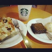 Foto tirada no(a) Starbucks por Letícia P. em 10/28/2012