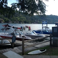 Das Foto wurde bei Ski Shores Waterfront Cafe von Hayden S. am 10/20/2012 aufgenommen