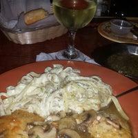 Das Foto wurde bei Johnny's Italian Restaurant von Joan J. am 3/12/2015 aufgenommen