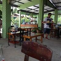 Photo taken at ส้มตำท่าเสด็จ by moo-mon on 9/25/2012
