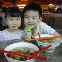 Photo taken at Hun Sai's Fish Head Noodle 鱼头米粉 by Alfred T. on 7/27/2013