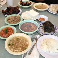 Foto tomada en Helena's Hawaiian Food por Scott B. el 1/8/2013