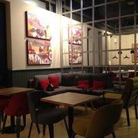 Foto tirada no(a) Costa Coffee Metropolitan por Constantinos K. em 3/12/2012