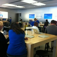 Photo taken at Apple Store by ECrab 🌐🌎🌐 on 10/27/2011