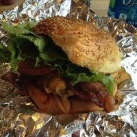 3/29/2012에 Kathy P.님이 F. Ottomanelli Burgers and Belgian Fries에서 찍은 사진