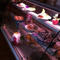 Foto tomada en Café Canela por Adrianna R. el 10/19/2011
