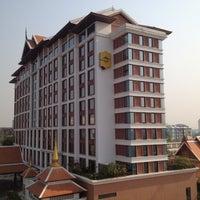 Photo taken at Shangri-La Hotel by Orarn C. on 3/17/2012