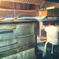 Foto tomada en Garage Pizza por sharky a. el 1/7/2012