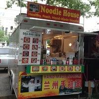 Foto tomada en Noodle House Food Cart por Teresa D. el 6/22/2012