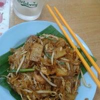 Photo taken at Restoran Yee Sang Sang (233美食中心) by Bong K. on 8/28/2011