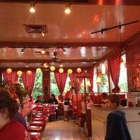 Das Foto wurde bei East-West Grille von Rachel H. am 6/2/2012 aufgenommen