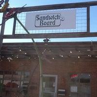 Foto tomada en Niko's Sandwich Board & Cafe por Joyce P. el 11/5/2011