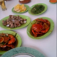 Photo taken at Rumah Makan Prima spesial kepiting Comal by Ricco S. on 12/31/2011