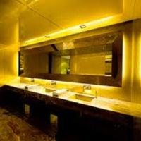 Foto tirada no(a) Dolce & Gabbana Gold Restaurant por 🌹Giulia D. em 5/19/2012