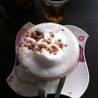 7/12/2012 tarihinde AuTo™ziyaretçi tarafından ร้านกาแฟไม้หมอนกรมอู่ทหารเรือ'de çekilen fotoğraf