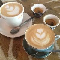 Foto tomada en Double Trouble Caffeine & Cocktails por Yelin S. el 5/13/2012