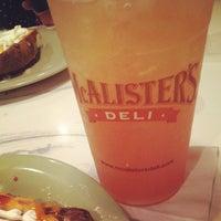 Foto tirada no(a) McAlister's Deli por Bri C. em 7/26/2012